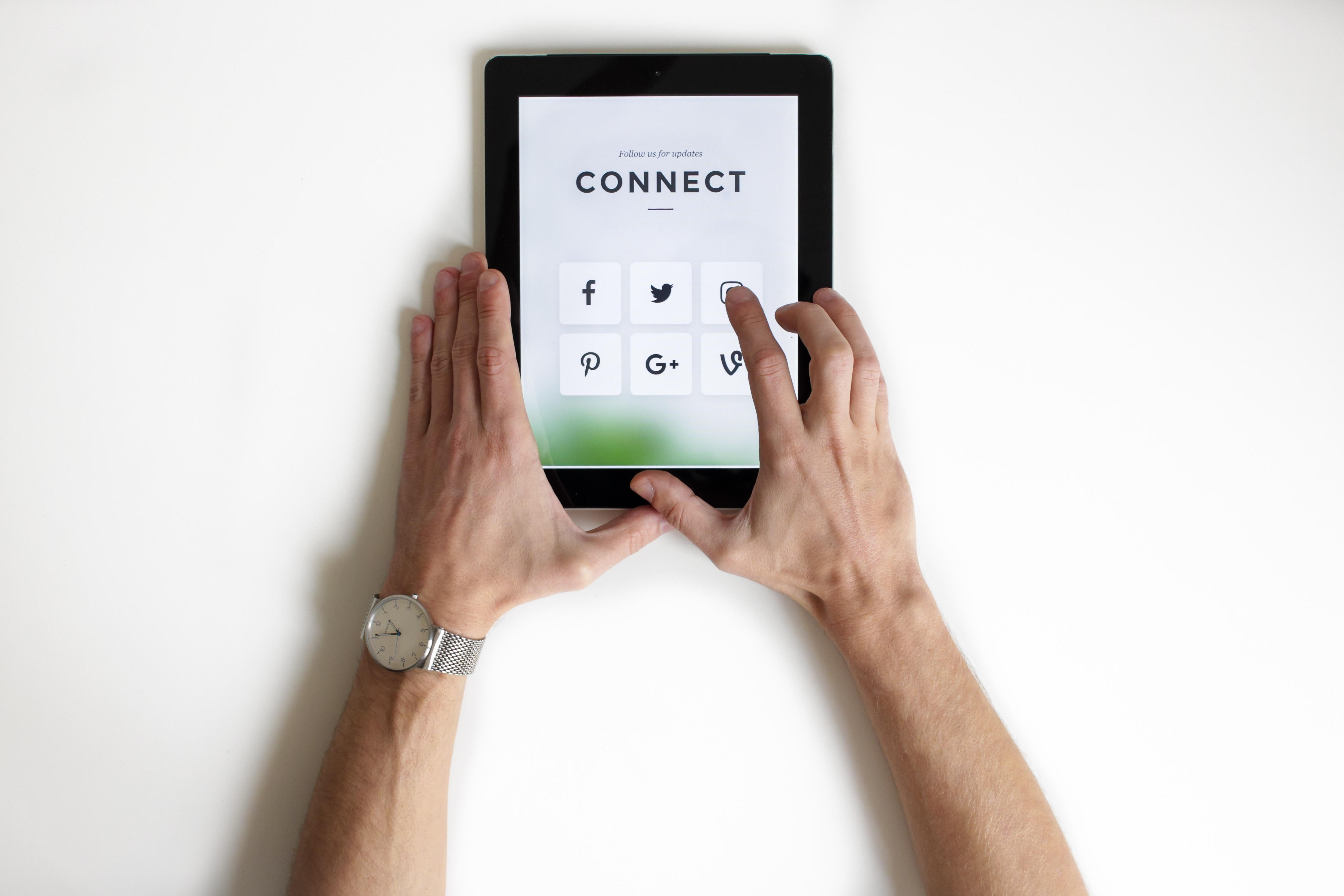ipad display connect to social networks
